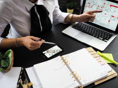 בתמונה איש פיננסים שמחשב תשואה והחזר השקעה על נכסים